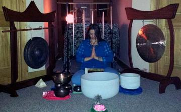 Guided meditation with the peaceful vibrations of a gong and singing bowls with Ananda