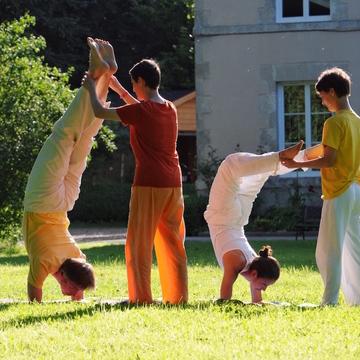 [en:]Further Training for Yoga Teachers – The Art of Correcting Asanas: Inverted Poses and Balance Poses[fr:]Formation complémentaire pour les professeurs de yoga L'art de corriger les asanas: postures inversées et postures d'équilibre[:]